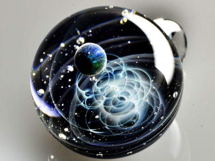 Галактики из золота и опалов в стеклянных сферах