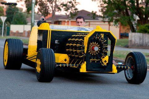 Полноразмерный автомобиль из Lego