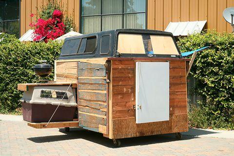 Дома для бездомных, построенные из отходов