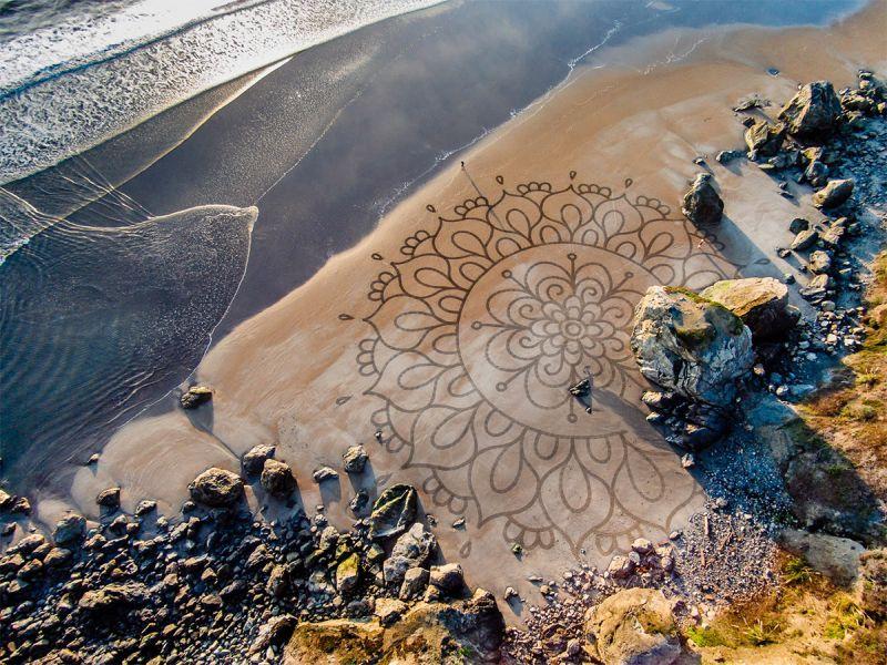Он бросил всё, чтобы рисовать на песке