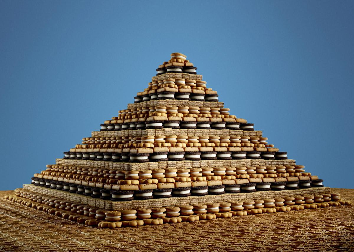 Впадины и пирамиды из конфет, печенья и сэндвичей