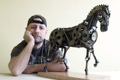 Металлические скульптуры из мото- и автозапчастей