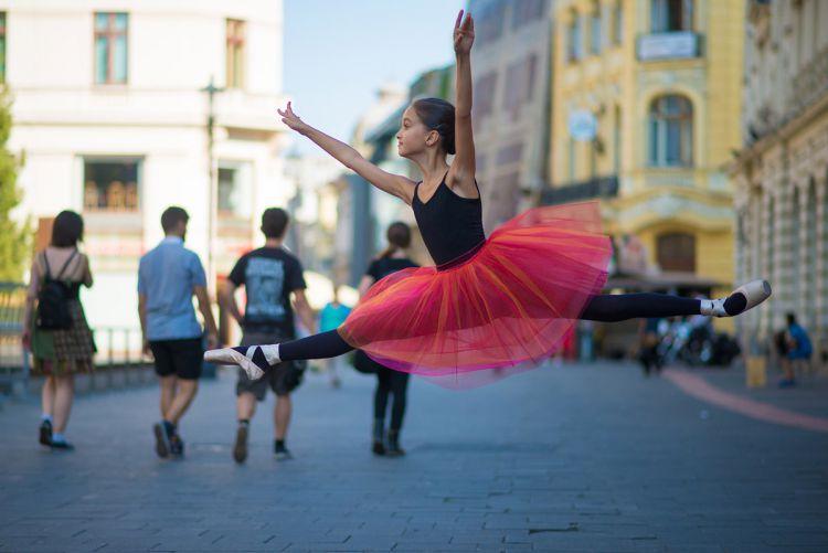 Юная балерина демонстрирует грацию на улицах Бухареста